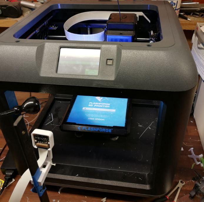 Här är en FlashForge Finder med en liten Raspberry Pi kamera för övervakning.