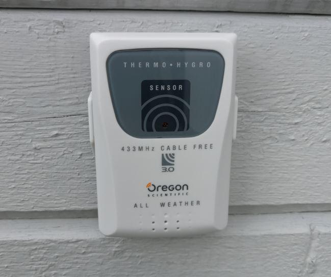 Oregon temperatursensor monterad på väggen.