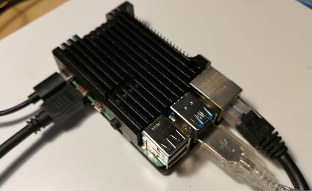 Koppla in kablar till din Raspberry Pi 4
