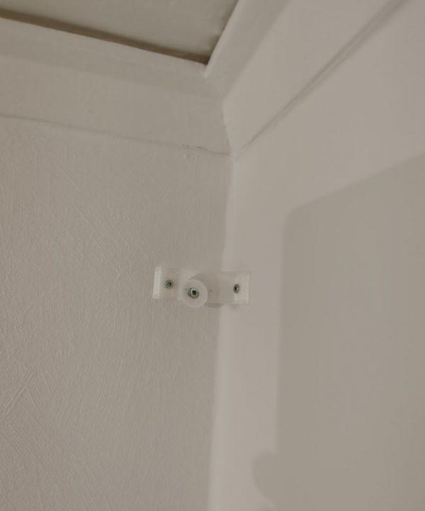 Här är vår fäste för hörn monterad på väggen.