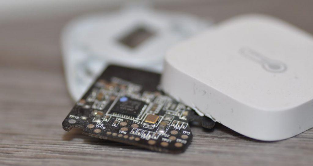 När vi öppnade Aqaran så hittade vi att den använder microprocessorn JN5169 för Zigbee.