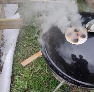En rykande grill var den bästa lösningen för att slippa mygg medan vi byggde på gården.